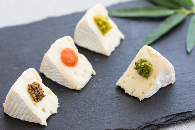 生ゆず胡椒をのせたカマンベールチーズ