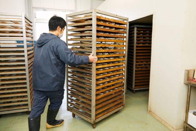 くさやを乾燥室で乾燥させる工程
