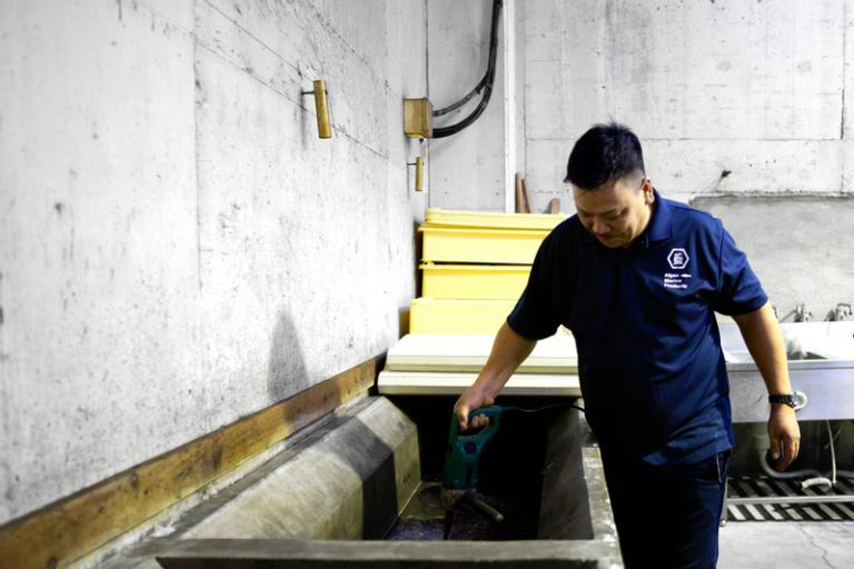 くさや製造を行う藍ヶ江水産の加藤さん