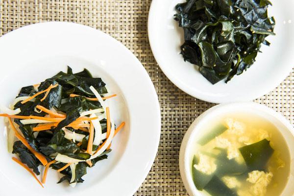 「ワカメとふわふわたまごのスープ」「コリコリワカメと玉ねぎの中華風サラダ」「ワカメのナムル」写真