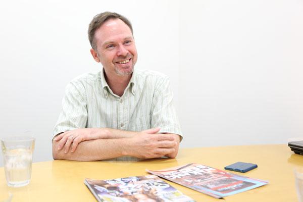 インタビュー中のジョーンズさん写真