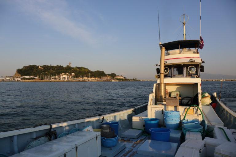 しらす漁出港風景と江ノ島
