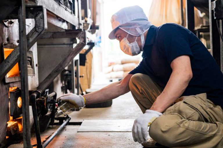 砂釜焙煎を仕上げる職人